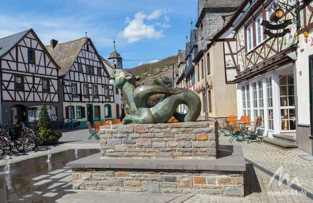 Historischer Marktplatz mit Tatzelwurmbrunnen