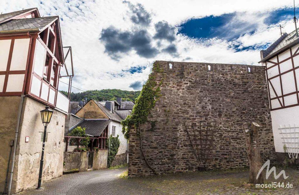 Ein Teil der alten Ringmauer von Ediger.