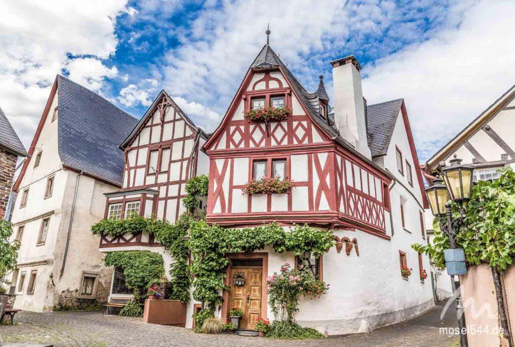 Es gibt viele dieser alten Fachwerk-Fassaden in Ediger-Eller.
