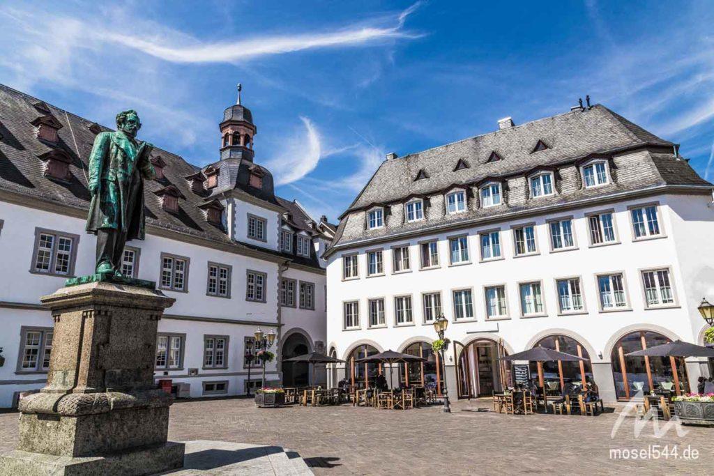 Am Jesuitenplatz befindet sich auch das Rathaus.