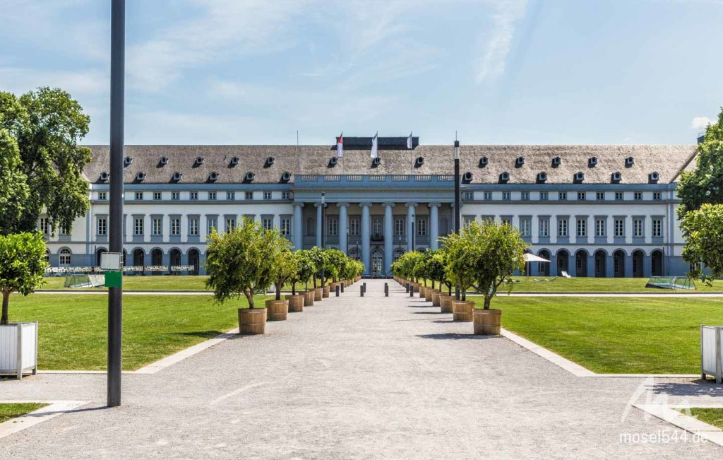 Das Kurfürstliches-Schloss in Koblenz mit schönen Gärten die zum Verweilen einladen.