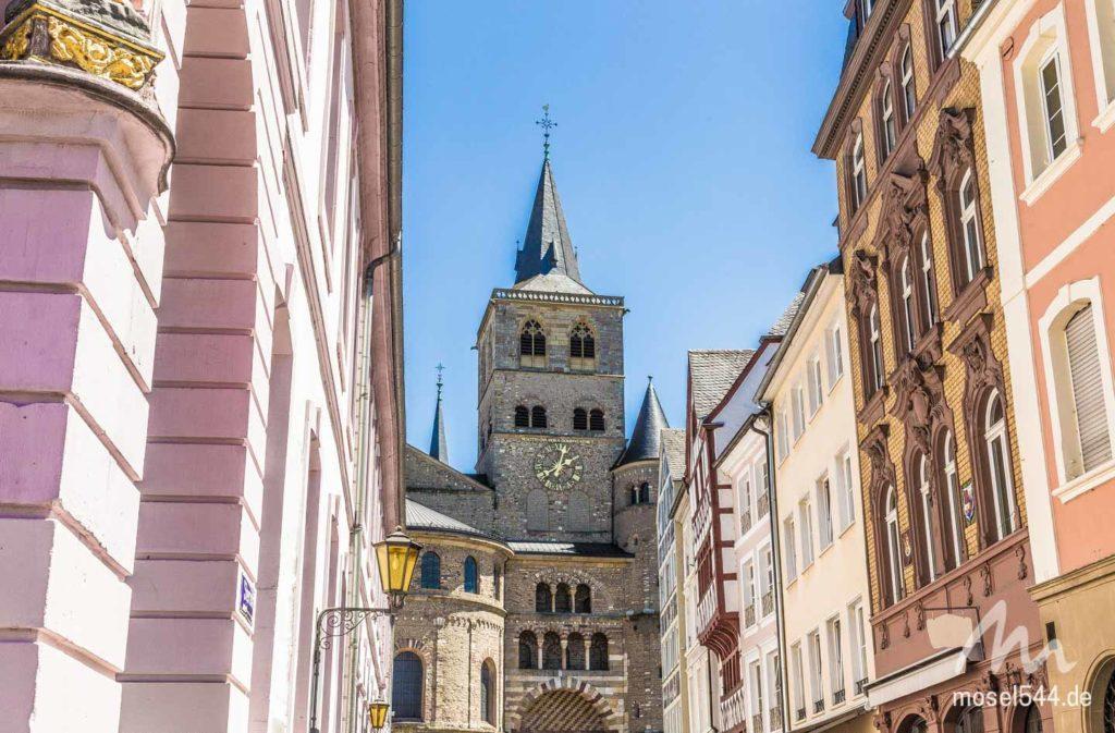 Blick durch die Sternstraße auf den Trierer Dom