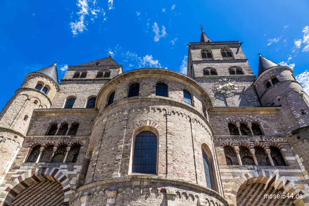 Trierer Dom mit blauem Himmel